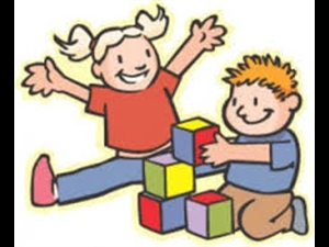 bimbi che giocano con i cubi
