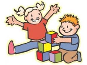 immagine bimbi che giocano con cubi