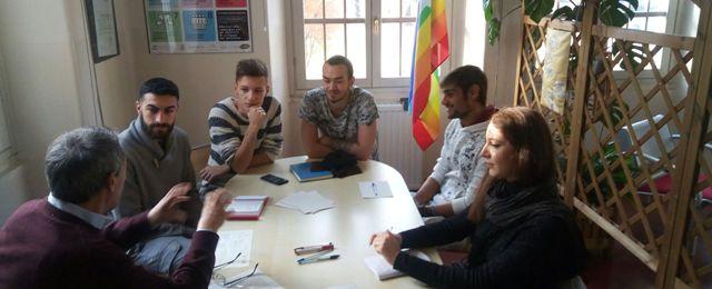 immagine: gruppo giovani servizio civile a lavoro nello spazio pace