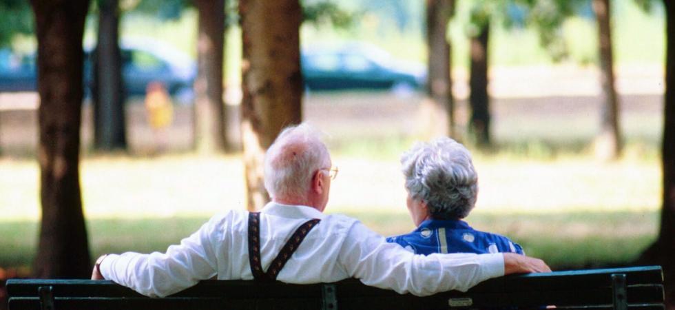 anziani seduti sulla panchina